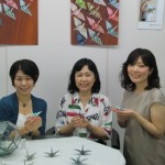 「鶴折りびと治子 × Ayumi Nakaharai 陶磁器の折り鶴とflower photoコラボ展」